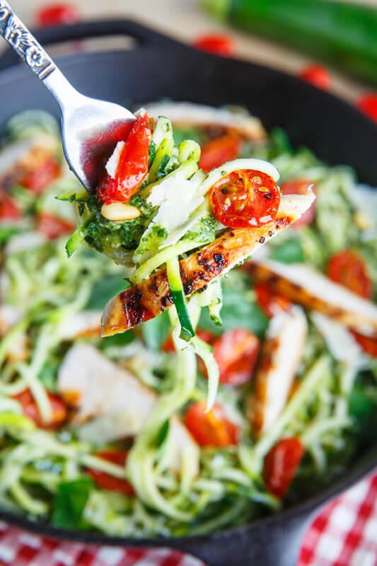 Casa-com-bossa_Noodles-de-abobrinha-com-frango-e-tomate_imagem-02